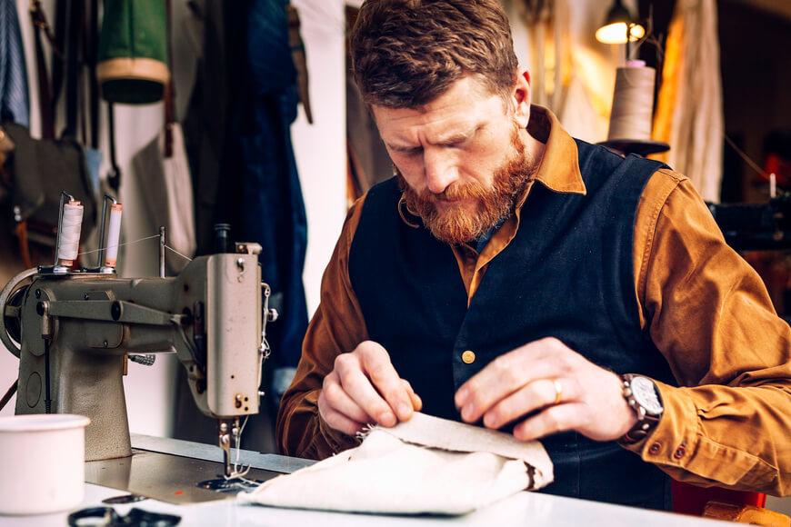 ropa-ecológica-hombre-cosiendo