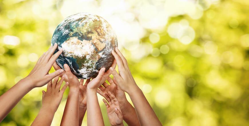 sostenibilidad_ambiental_manos_unidas_con_bola_del_mundo