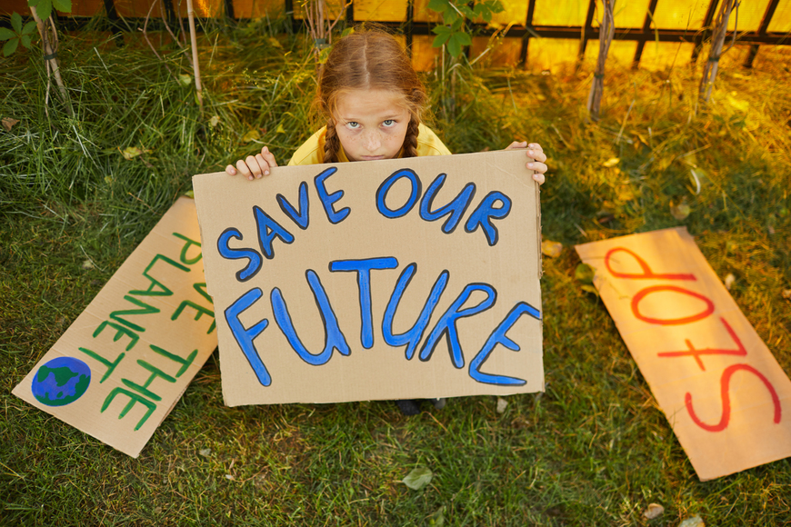 niña con carteles_save our future