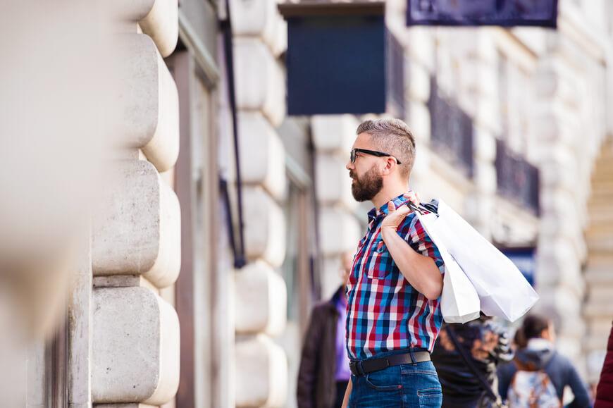 hombre mirando un escaparate de moda